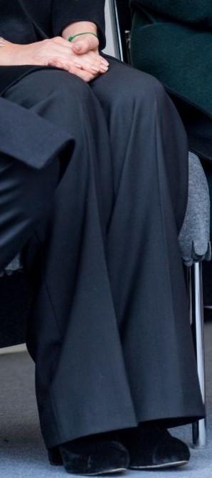 9 mars 2017 Svarta byxor och skor Sofia