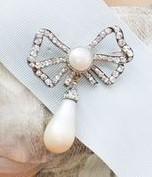 Rosettbrosch med droppformat pärlhänge