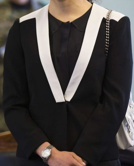 Svart blus med v-ringad vit krage
